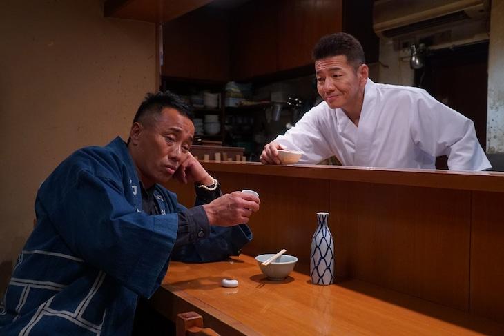 長渕剛(左)とくりぃむしちゅー上田(右)の共演シーン。