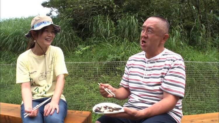松村邦洋(右)の相席旅の様子。(c)ABCテレビ