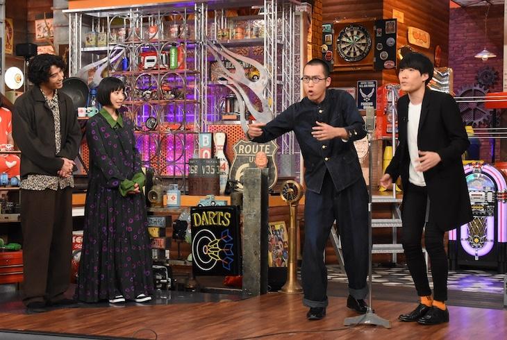 左から賀来賢人、夏帆、新作のハーモニカ。(c)日本テレビ