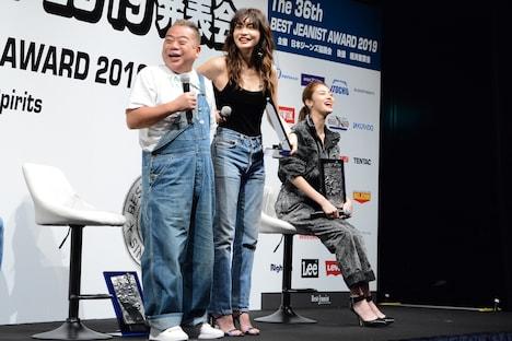 長谷川京子と脚の長さを比べる出川哲朗。