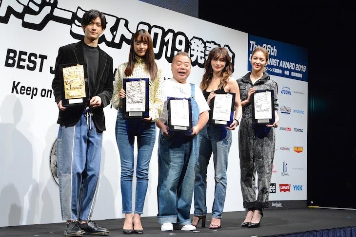 左から中島裕翔、山本美月、出川哲朗、長谷川京子、E-girlsの楓。