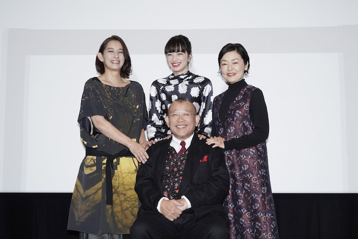 笑福亭鶴瓶と(後列左から)片岡礼子、小松菜奈、小林聡美。