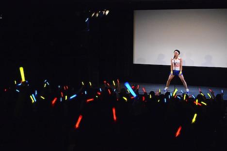 アーティストのライブのようにネタを展開するサンシャイン池崎。