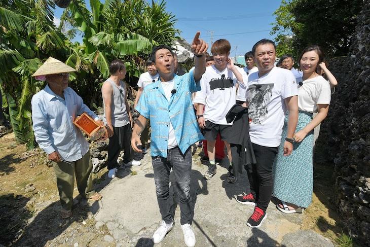 「痛快!明石家電視台」のロケで離島の小浜島を散策する明石家さんま一行。(c)MBS