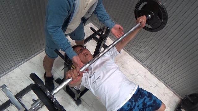 だんじり祭りのためにジムでウエイトトレーニングに励むオール阪神。(c)MBS