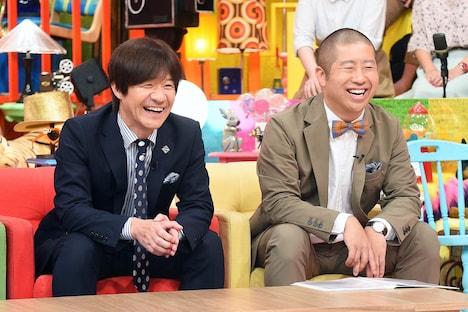 「世界77億人に発信!内村のツボる動画大賞」MCの内村光良(左)とハライチ澤部(右)。(c)テレビ東京