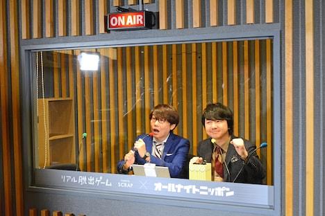 再現されたラジオブースに入った三四郎。