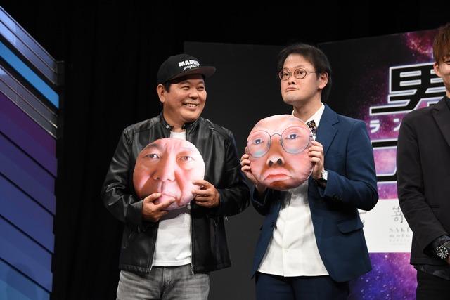 自身の顔がプリントされたクッションを持つほんこん(左)とアインシュタイン稲田(右)。
