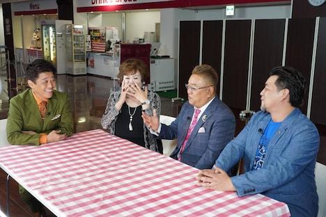 坂上忍(左端)とサンドウィッチマン(右)が上沼恵美子(左から2人目)をフジテレビの社員食堂に案内するコーナーの一場面。(c)フジテレビ