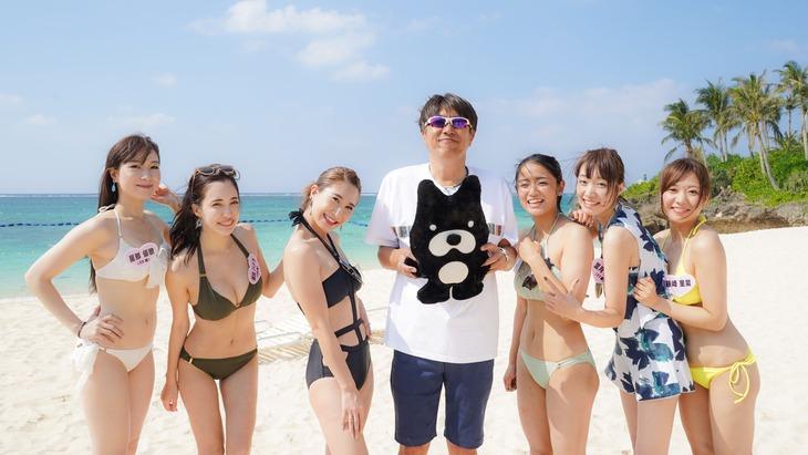 石橋貴明(左から4人目)と「恋する沖縄48時間ムーンビーチでタカさんチェック!」に出演する女性たち。