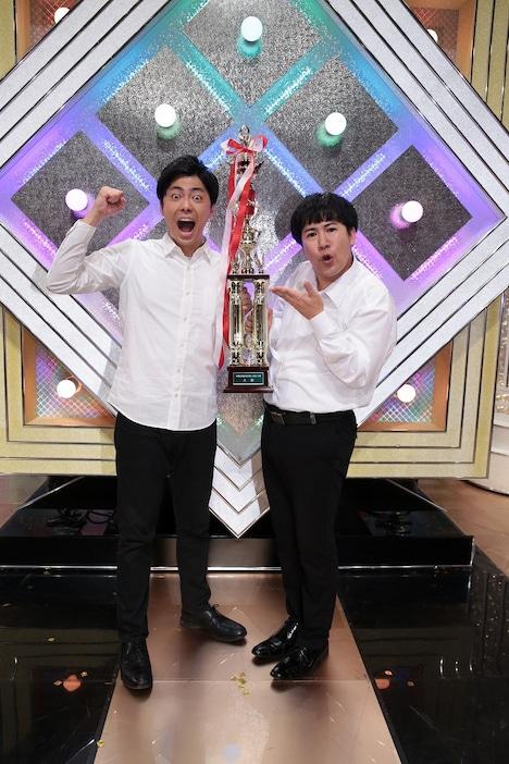 「令和元年度NHK新人お笑い大賞」で優勝したラフレクラン。左が西村、右がきょん。(c)NHK