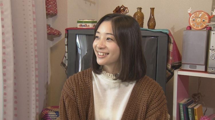 コント「アーカイブスの日」に参加する足立梨花。(c)NHK