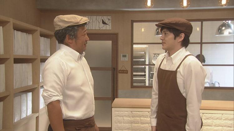 コント「高級食パン」でロバート秋山(左)と共演する林遣都(右)。(c)NHK