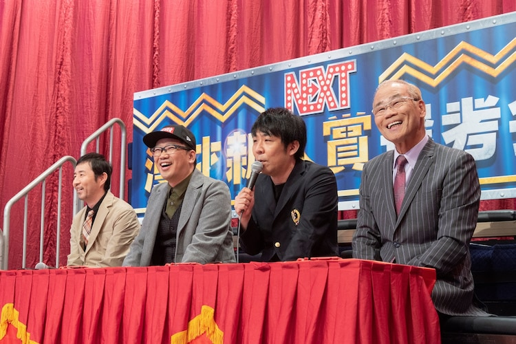 審査員を務める(左から)お~い!久馬、ユウキロック、パンクブーブー佐藤、オール巨人。(c)読売テレビ