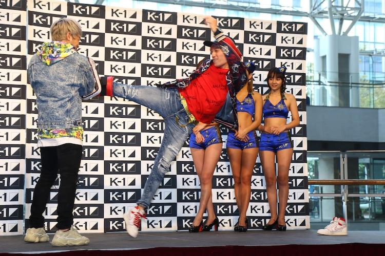 「『K-1 WORLD GP 2019 JAPAN』横浜大会 PRイベント」で、EXIT兼近が武尊にミット打ちを放った場面。