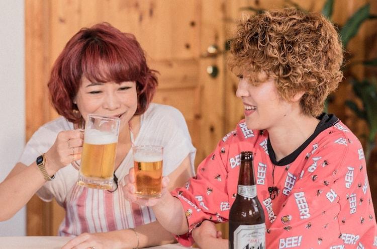「ザキ山小屋」に「ビールをこよなく愛する御一行様」として登場する(左から)椿鬼奴、尼神インター渚。(c)ABCテレビ