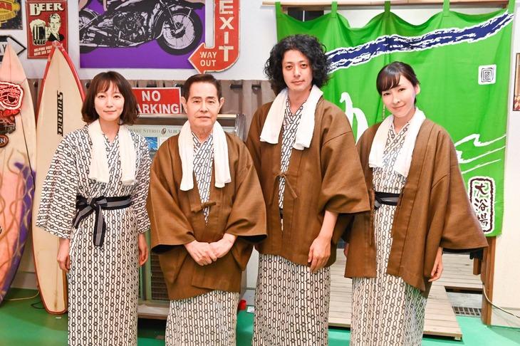 左から吉岡里帆、加藤茶、オダギリジョー、麻生久美子。(c)テレビ朝日