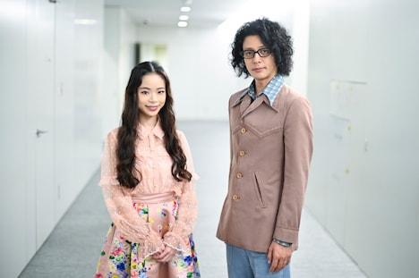 左から趣里、オダギリジョー。(c)テレビ朝日