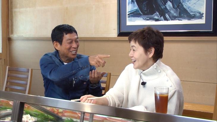 左から明石家さんま、大竹しのぶ。(c)日本テレビ
