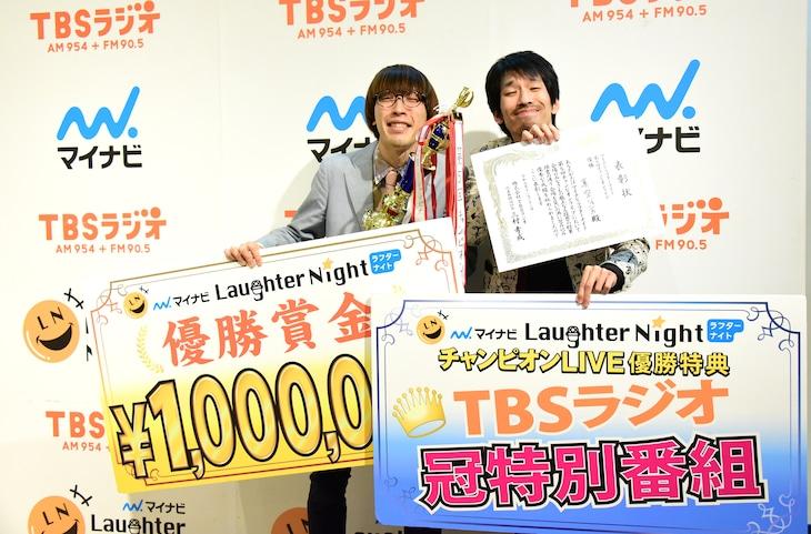 「マイナビLaughter Night」の第5回チャンピオンライブで優勝した真空ジェシカ。左から、カワマタ、川北。