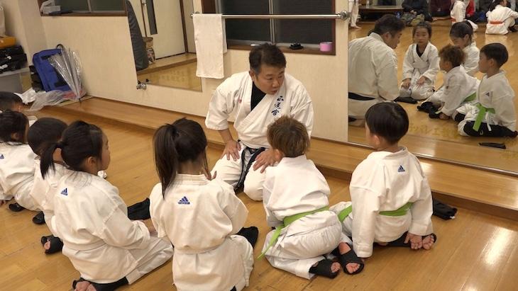道場で子供たちに空手を教えるはじめ。(c)MBS