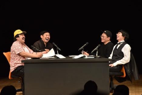 (左から)鈴木もぐら、岡野陽一、作家の永井氏、水川かたまり。