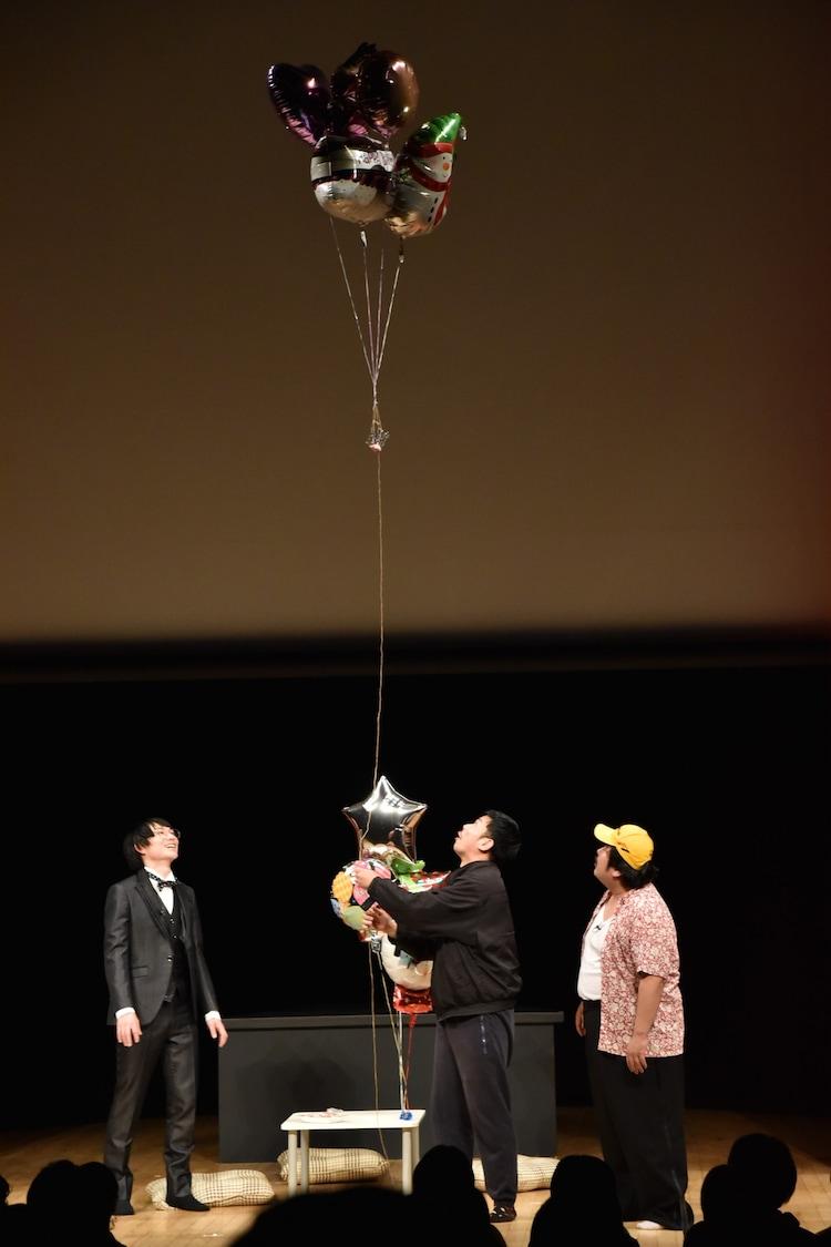 岡野陽一(中央)の「鶏肉に風船つけて飛ばす」ネタが組み込まれたユニットコントのワンシーン。