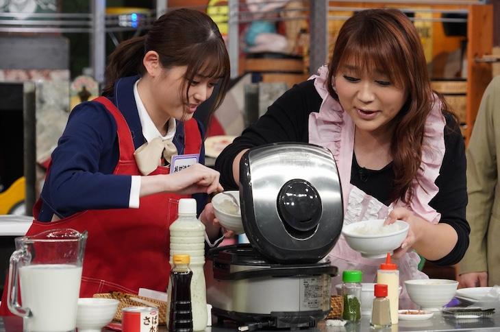 左から松村沙友理、りんごちゃん。(c)日本テレビ