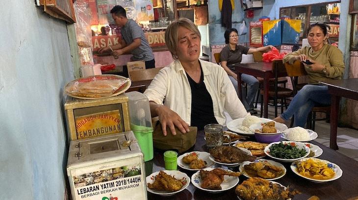 「迷宮グルメ 異郷の駅前食堂」でインドネシアの食堂を訪れ、大量の皿を前にして途方に暮れるヒロシ。(c)BS朝日
