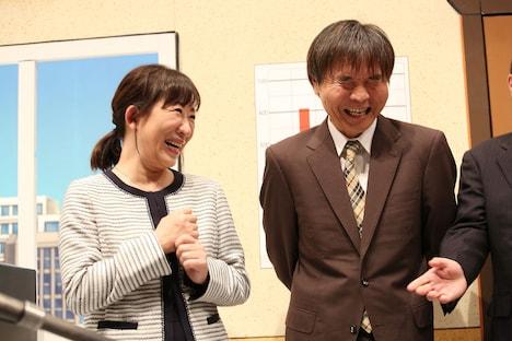 囲み取材に出席した浅香あき恵(左)と佐藤武志(右)。
