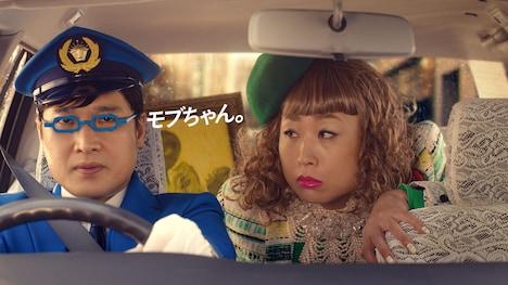 南海キャンディーズ山里扮するタクシー運転手(左)としずちゃん扮する乗客(右)。