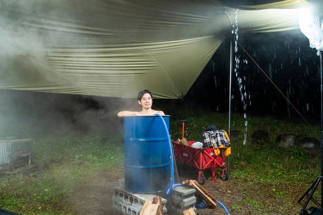 ドラム缶風呂に入ったまま置き去りにされたキングコング西野。(c)メ~テレ