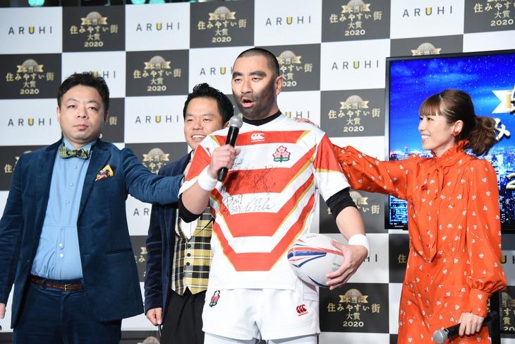 ラグビー日本代表の入場を再現するレイザーラモンRG、ダイアン、若槻千夏。