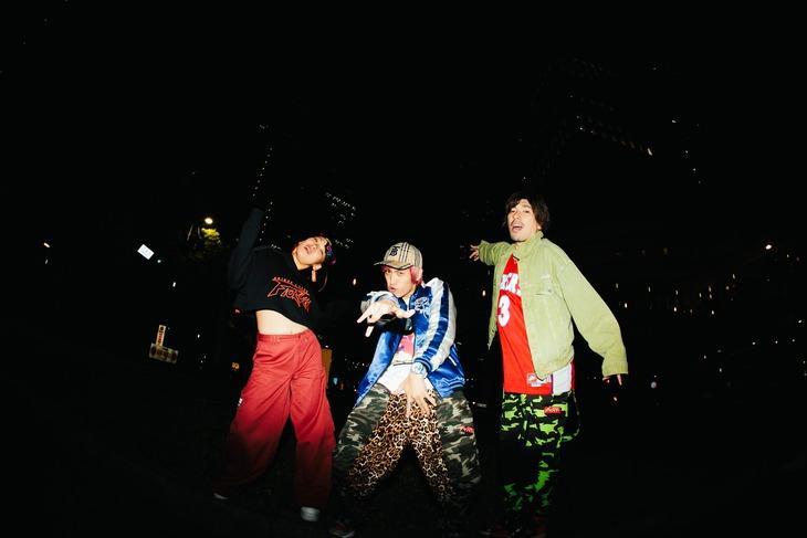 「OWARAI Bros. -TV Bros.別冊お笑いブロス-」のアザーカット。EXITとフワちゃん。