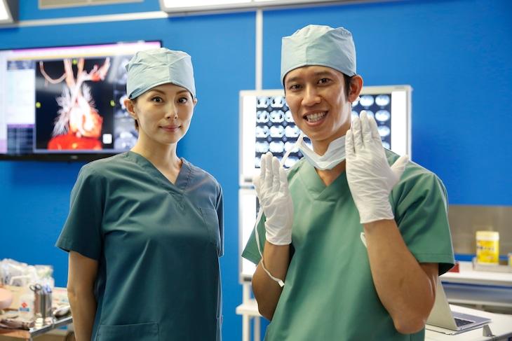 「ドクターX~外科医・大門未知子~」に出演する(左から)米倉涼子、しゅんしゅんクリニックP。(c)テレビ朝日