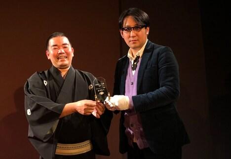 「渋谷らくご大賞 おもしろい二つ目賞」を受賞した立川笑二(左)とサンキュータツオ(右)。写真は過去のもの。