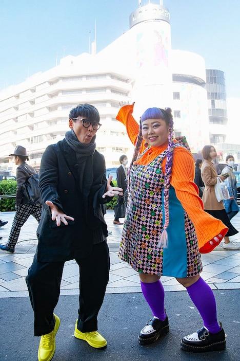 原宿でロケを展開する山口一郎(左)と渡辺直美(右)。(c)NHK