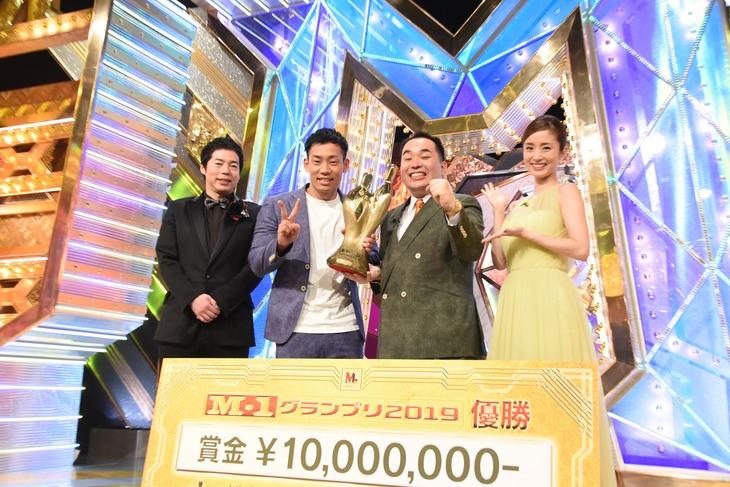 優勝後、フォトセッションに応じるミルクボーイ。「笑顔で!」と言われて駒場(左から2人目)はピースサイン。司会を務めた今田耕司(左)と上戸彩(右)。