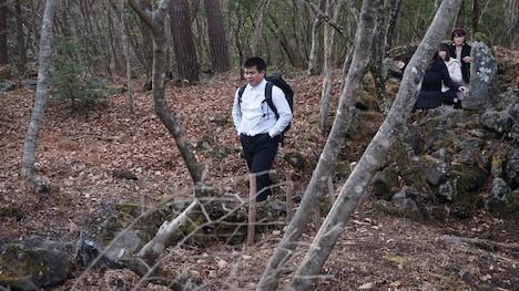 雑木林に現れた学生。