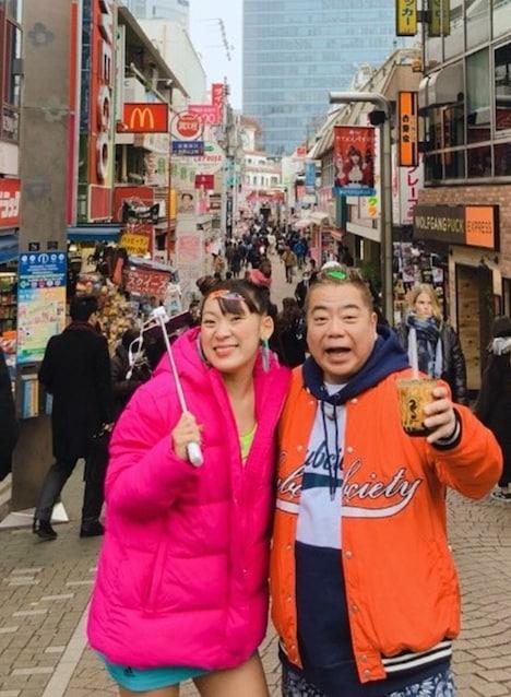 左からフワちゃん、出川哲朗。(c)日本テレビ