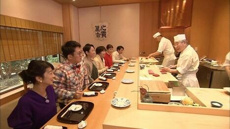 有吉らが寿司屋を訪れるワンシーン。(c)フジテレビ