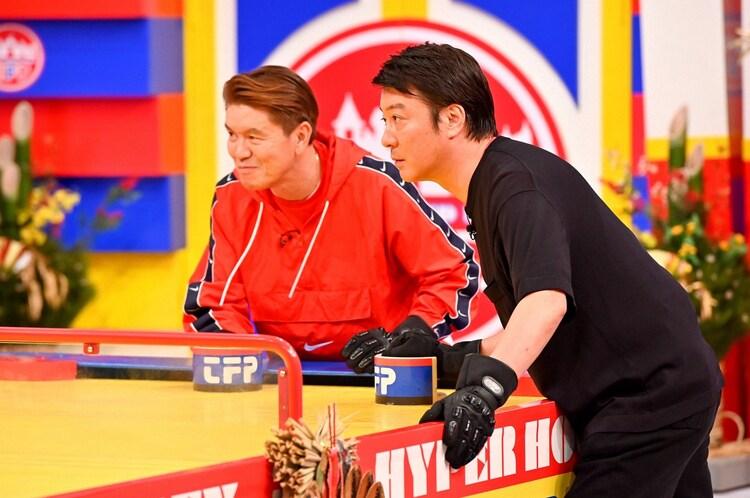 (左から)ヒロミと加藤浩次。(c)TBS