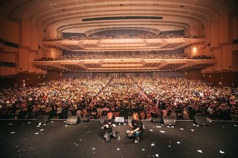 約5000人のジッターと記念撮影するEXIT。(photo by Shingo Tamai)