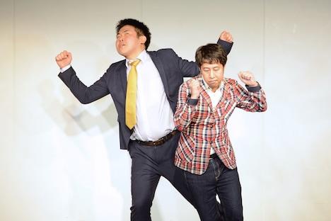 「反省大賞」3位のひつじねいり松村と1位のウエストランド井口が、芸人たちのムチャぶりによりPPAPを披露させられているシーン。
