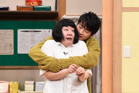 さきぽんを抱きしめる田中圭。(c)日本テレビ
