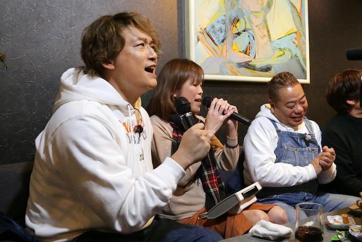 スナックで熱唱する香取慎吾(左)。