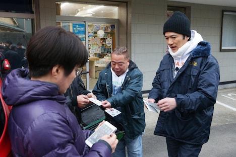 稲垣吾郎(右)。