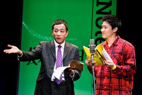 朗読劇「芸人交換日記」公開ゲネプロの様子。左からナイツ塙、小森隼。
