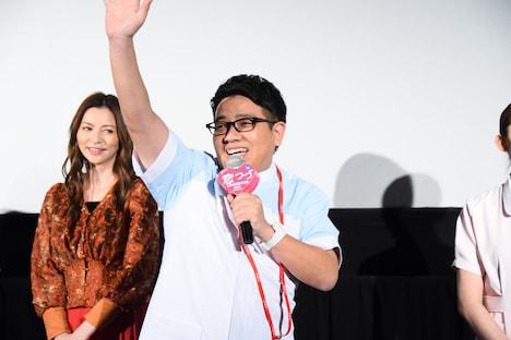 手を振りながら登場したミキ昴生。