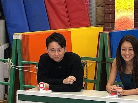 (左から)有吉弘行と池田美優。(c)テレビ朝日